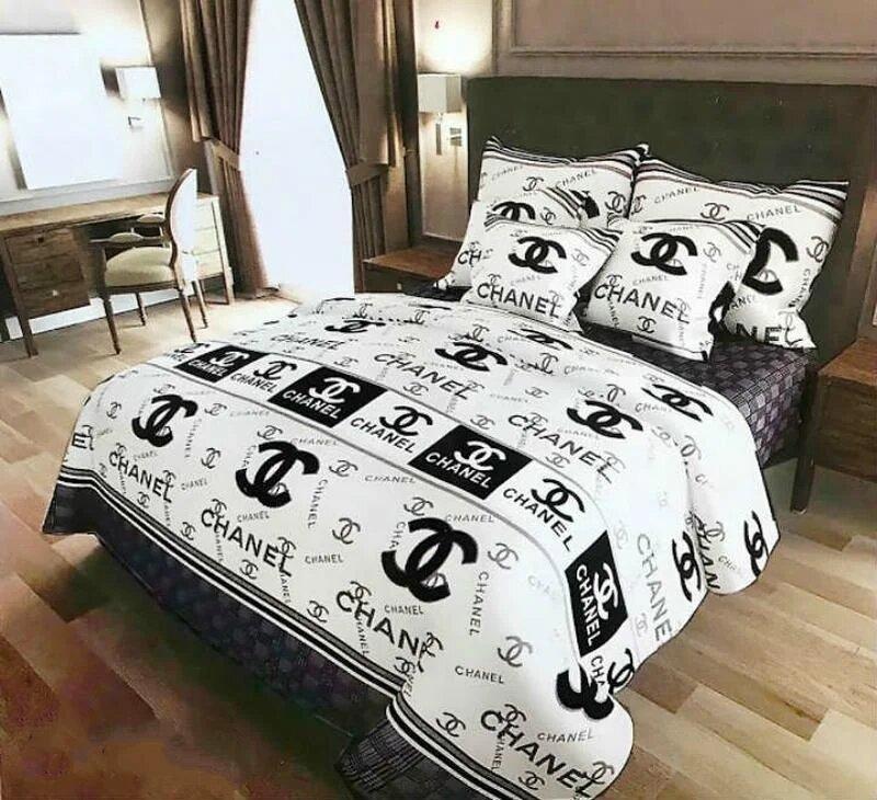 Постельное белье двухспального размера с стильным принтом.