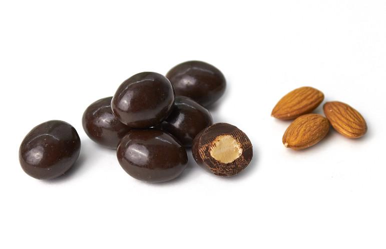Орех миндаль в черном шоколаде