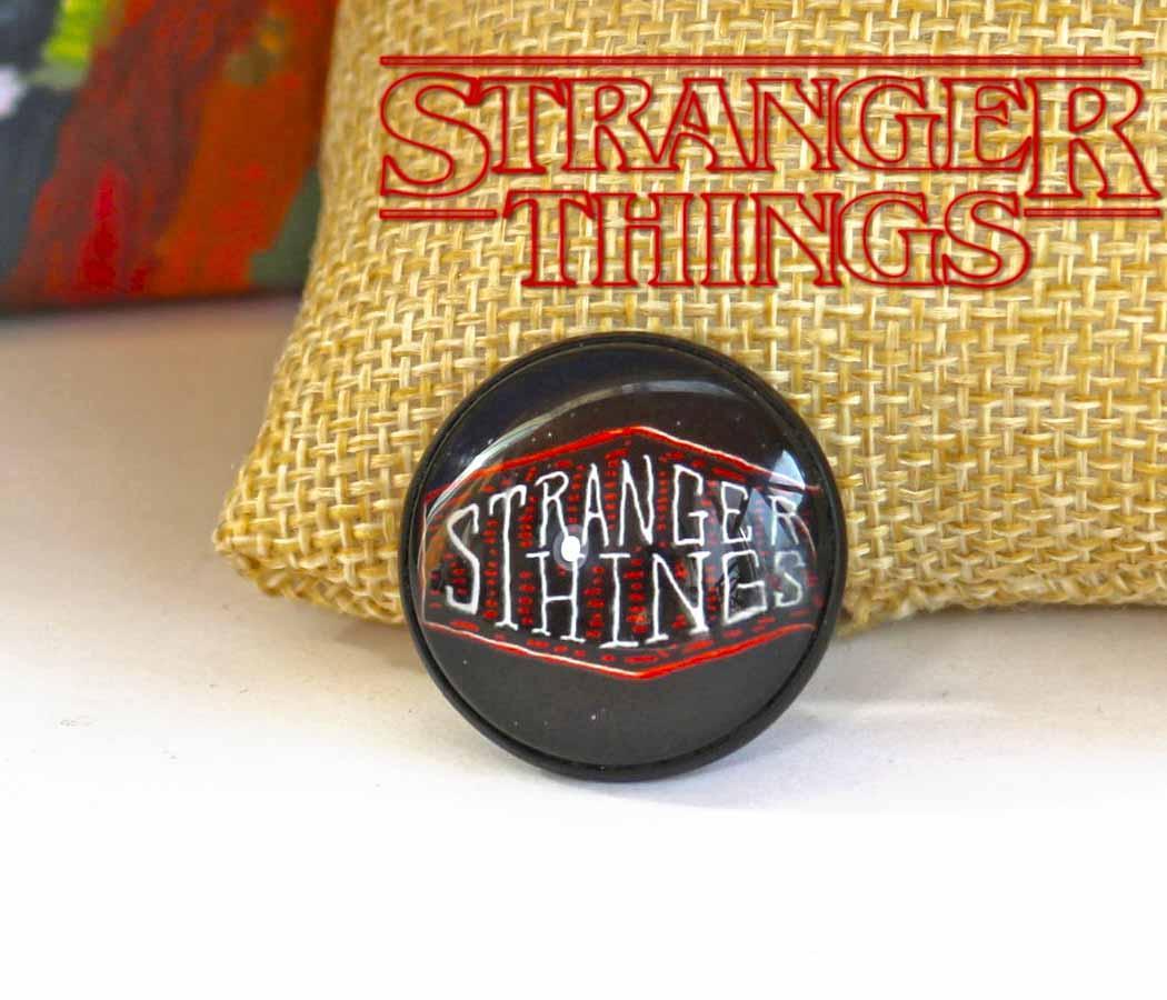 Значок с названием сериала Очень странные дела/Stranger Things