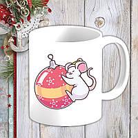 Белая кружка (чашка) с новогодним принтом Мышонок и елочная игрушка