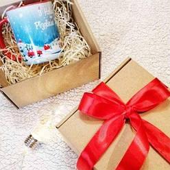 Подарочная упаковка. Подарочная крафтовая коробка с декоративным деревянным наполнителем