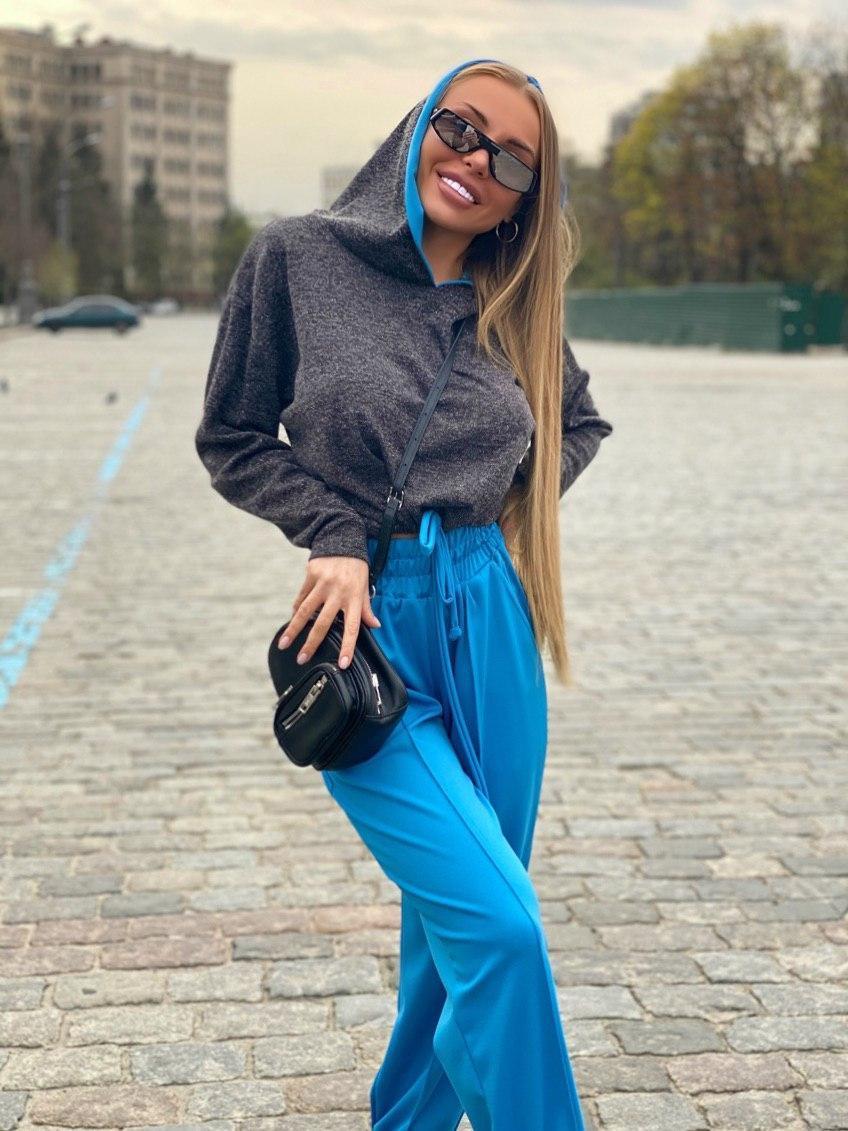 Жіночий брючний костюм зі штанами на манжетах і кофтою худі з блискітками vN7715