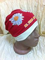 шапочка  с наклоном  для девочки  украшена рисунком  цвет - красный