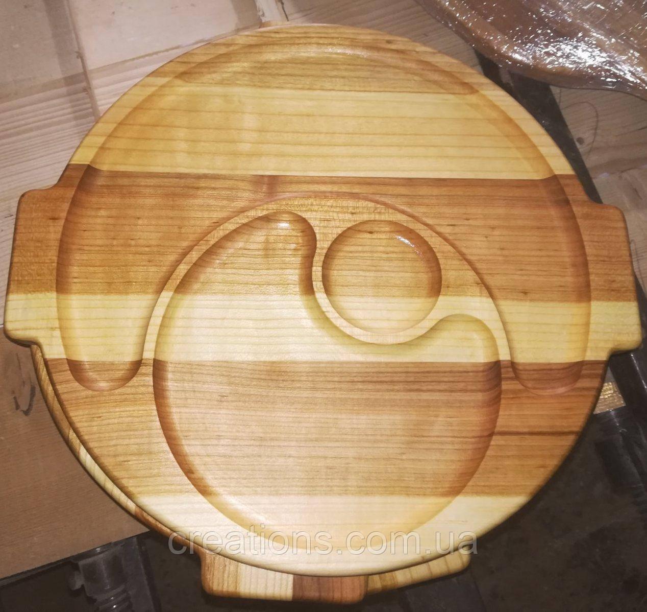 Менажница-поднос деревянная 35 см. круглая на 2 секции с соусницей из черешни, ясеня