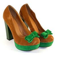 Яркие туфли на высоком каблуке из замши