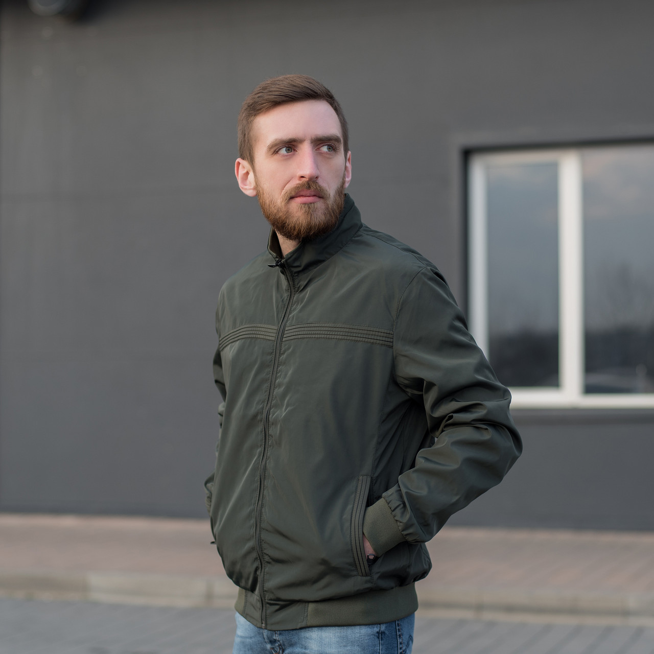 Чоловіча куртка (вітрівка) кольору хакі.
