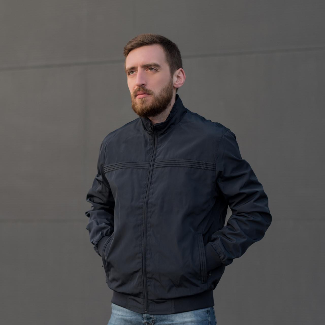 Чоловіча куртка (вітрівка) синього кольору.