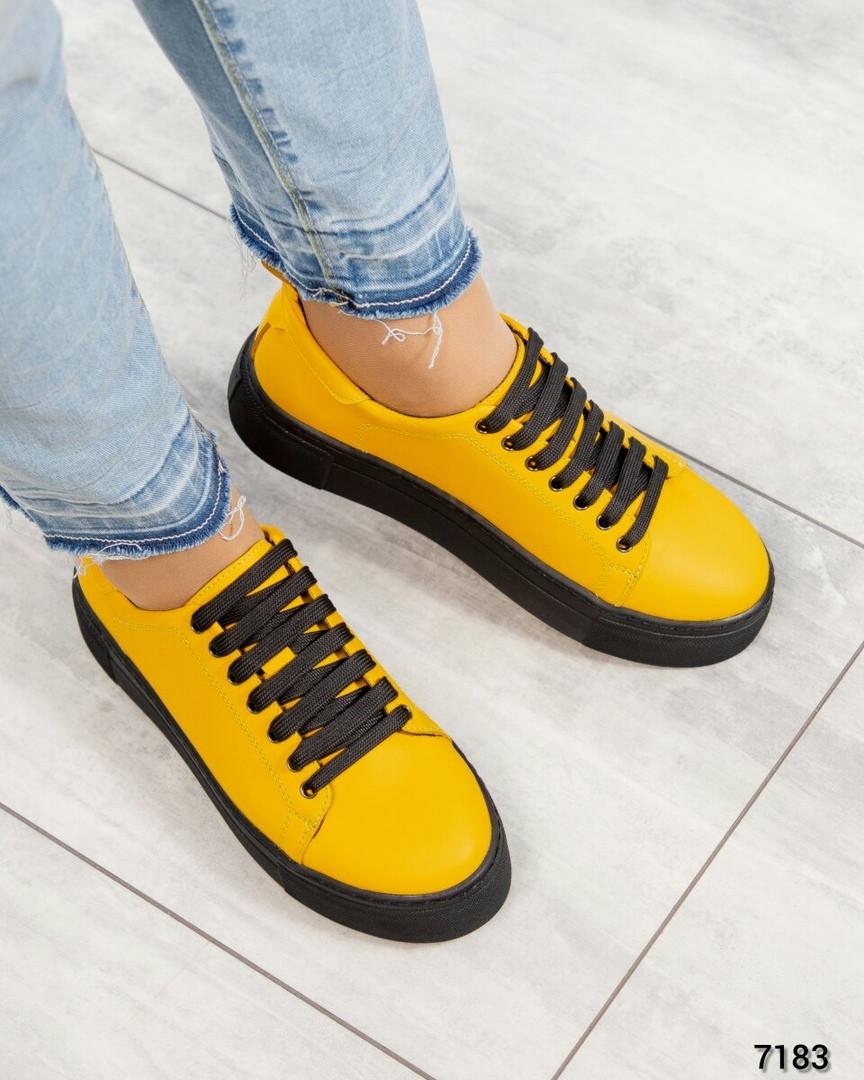 Яркие кроссовки женские кожаные желтые