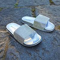 Тапочки со стразами шлепки уличные сланцы городские женские серебряные серебристые блестящие с камушками