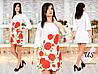 Женское белое трикотажное  платье с красными цветами. Розы, маки.