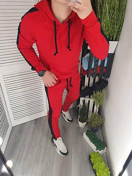 Спортивный костюм с лампасами красный.