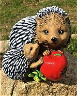 Садовая фигура скульптура гипсовая для сада Ежики с яблоком, 15 см