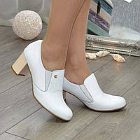 Туфли женские кожаные на невысоком устойчивом каблуке, декорированы фурнитурой. 40 размер