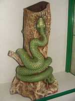 Змея на дереве