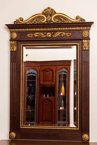 Зеркало в деревянной раме с резьбой 1