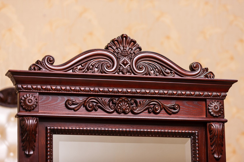 Зеркало в деревянной раме с резьбой 7