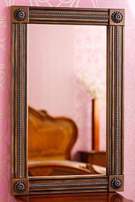 Зеркало в деревянной раме с резьбой 11