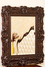 Зеркало в деревянной раме с резьбой 13
