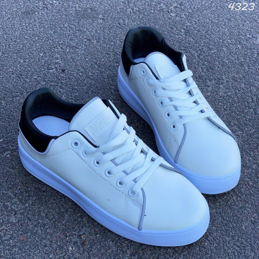 Женские белые кроссовки с черными задниками 4323