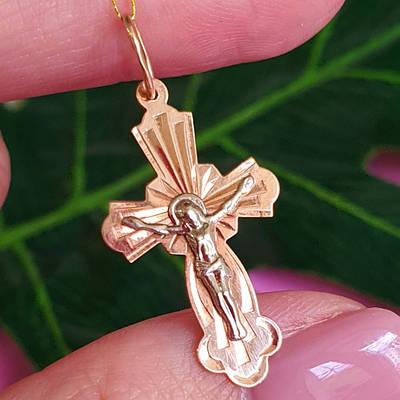 Сяючий золотий хрестик з розп'яттям