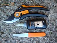 Плоскостной секатор Fiskаrs SmartFit (111610) + точило и масло 110990