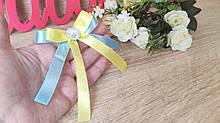 Бантик - бутоньерка для гостей. Цвет желто-голубой.