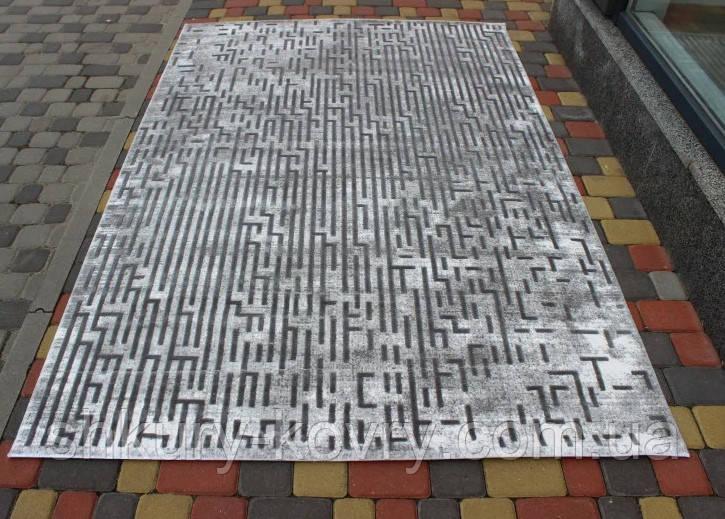 Сірий сучасний килим з геометричним малюнком
