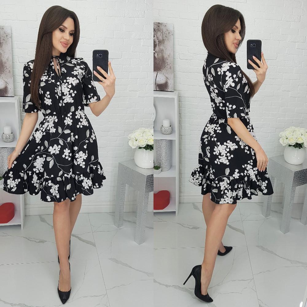 Женское платье в цветочек с коротким рукавом