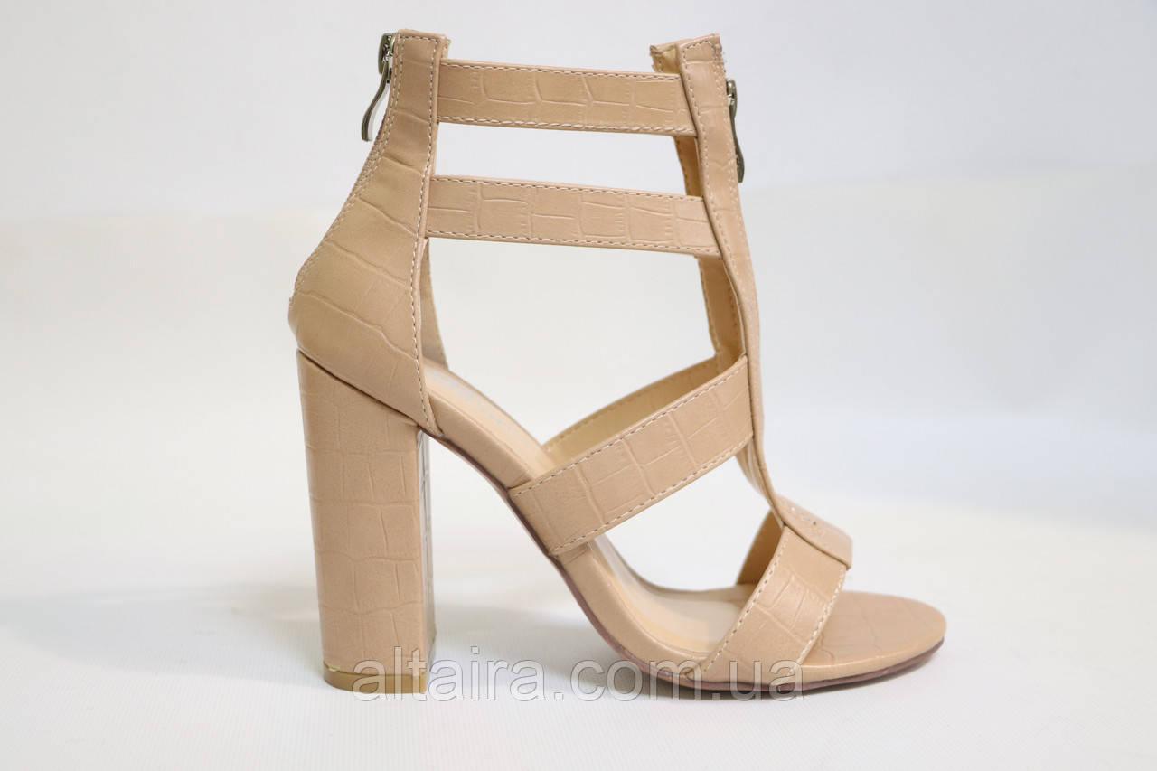 Ультрамодные женские бежевые босоножки на каблуках. Ультрамодні жіночі босоніжки на каблуках.
