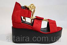 Модные красные босоножки замшевые, на танкетке. Модні червоні босоніжки замшеві, на танкетці.