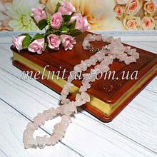 Светло-розовый кварц,  крошка, натуральный камень (сколы)  на леске (с замочком),  45 см