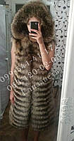 Роскошный жилет из енота. Удлиненная меховая жилетка из енота с капюшоном.