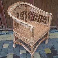 Плетеное кресло с низкой спинкой