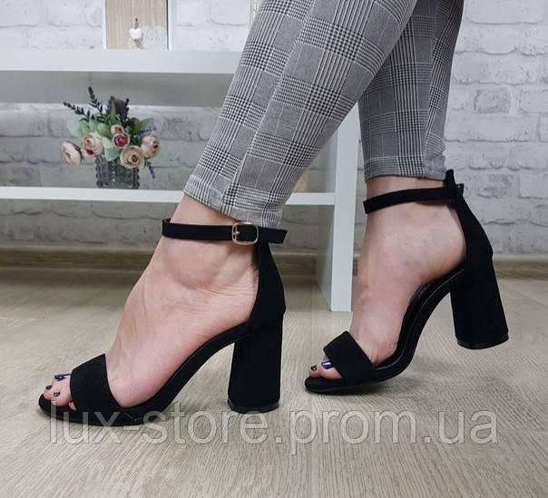 Босоножки на устойчивом каблуке чёрные