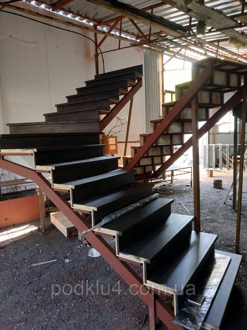 Лестницы в коттеджи на прямом косоуре