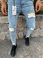 Мужские джинсы зауженые синего цвета с заплатками
