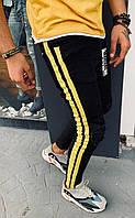 Мужские джинсы зауженые черного цвета с желтыми лампасами