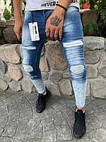 Мужские джинсы зауженые голубые с заплатками