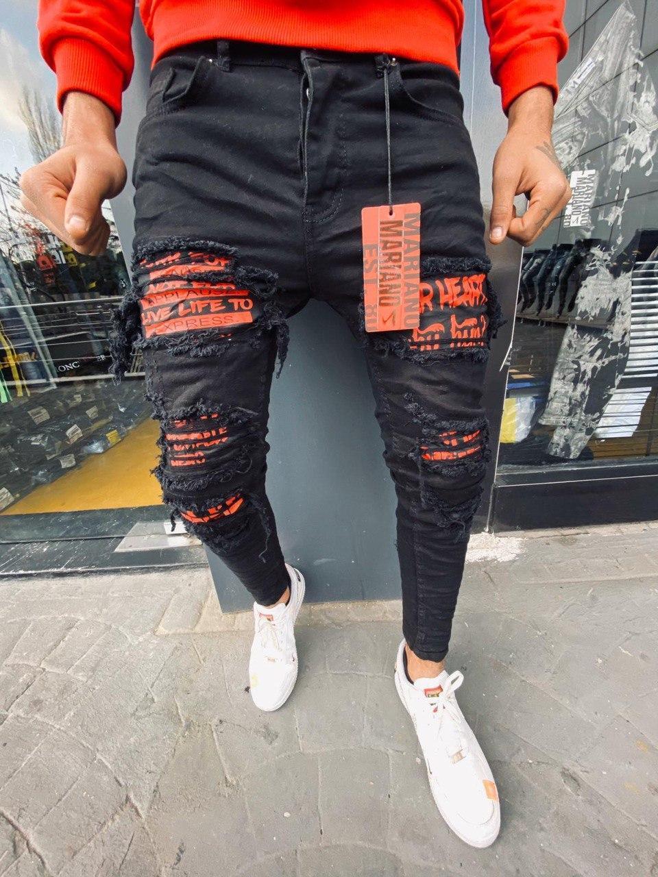 Чоловічі джинси зауженые чорного кольору з червоними латками