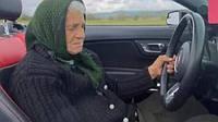 На Закарпатье 90-летняя бабуля устроила дрифт в поле на кабриолете (видео)