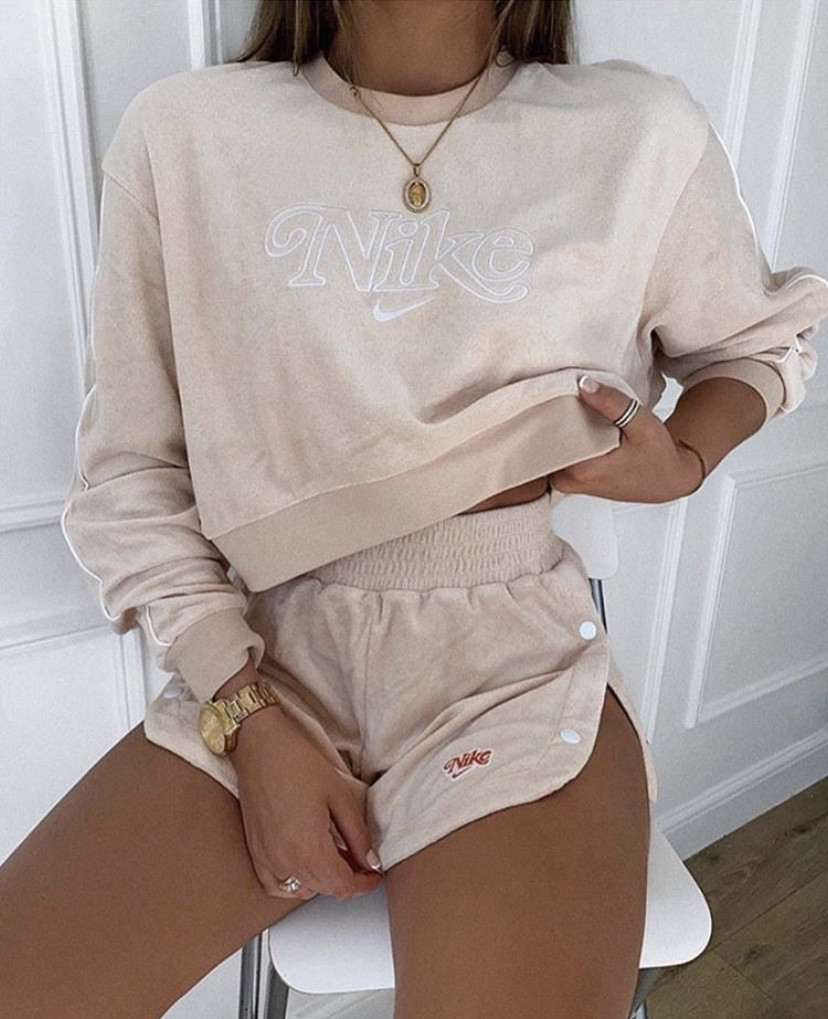 Костюм женский  спортивный с шортами  Размеры : С, М, Л.  Цвета: белый, чёрный