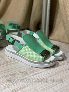 Босоножки зеленого цвета с перфорацией