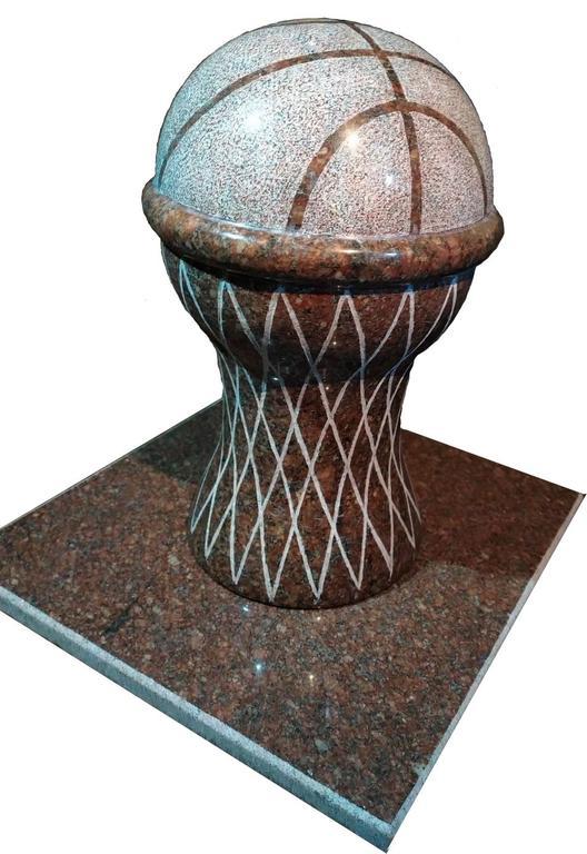 Баскетбольный мяч в корзине из натурального камня