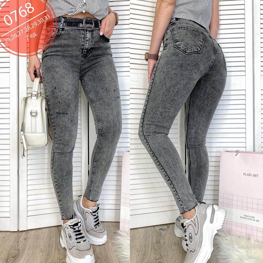 Серые женские джинсы с царапками под пояс