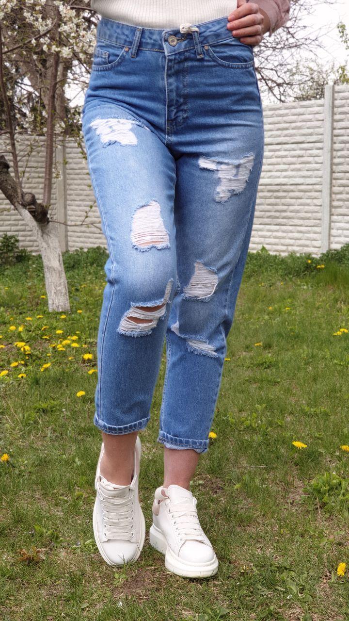 Женские зауженные джинсы с потертостями и на высокой посадке vN7837
