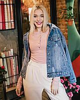 Женская куртка джинсовая с рисунком на спине и нежно розовым капюшоном, фото 1