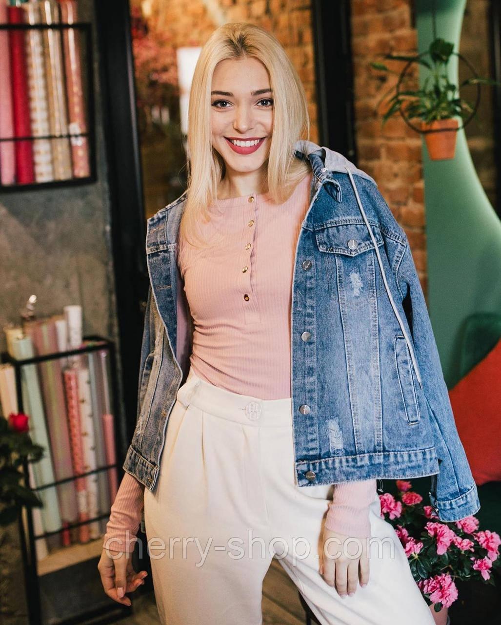 Женская куртка джинсовая с рисунком на спине и нежно розовым капюшоном