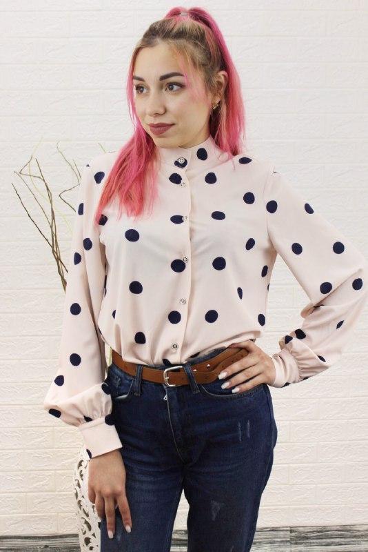 Нежно-розовая женская блузка в крупный горошек