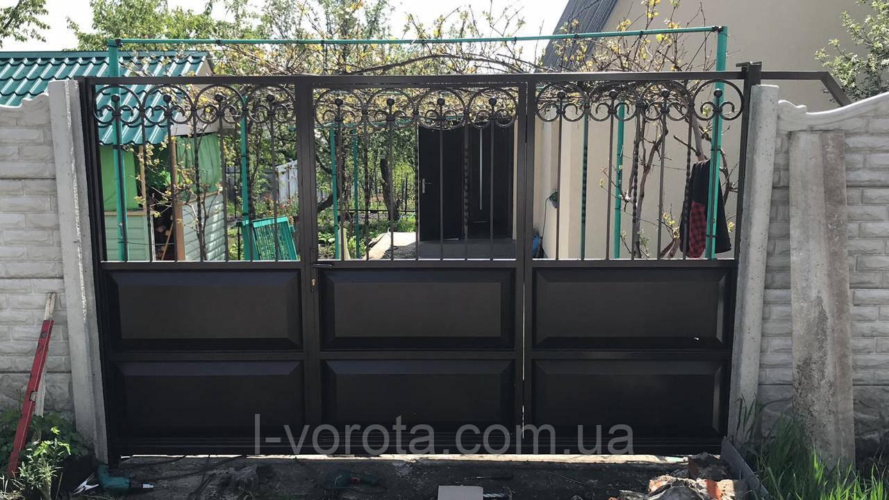 Откатные ворота с калиткой в полотне ворот 3200*2000 (филенчатые с элементами художественной ковки)