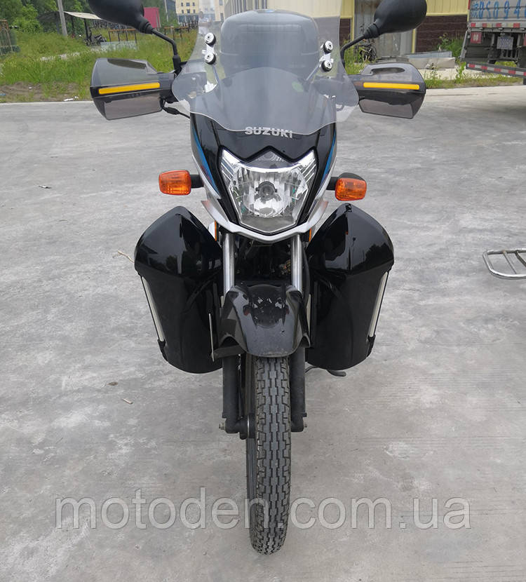 Защита ног мотоциклиста черная с багажными кофрами на замках.